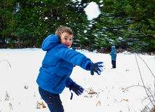 Kinder, die mit Schnee spielen Stockbilder