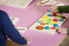 Kinder, die mit selbst gemachten pädagogischen Spielwaren spielen Stockbilder