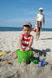 Kinder, die mit Spielwaren auf dem Strand spielen Stockfotografie