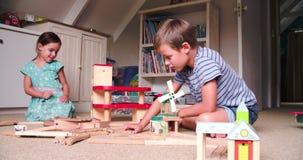 Kinder, die mit Spielwaren im Schlafzimmer spielen stock footage