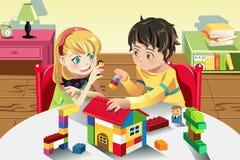 Kinder, die mit Spielwaren spielen Stockbild