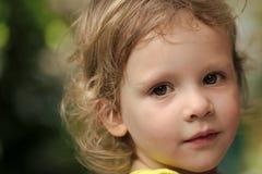 Kinder, die mit Spielwaren spielen Baby mit grünen Augen auf nettem Gesicht Stockfotos