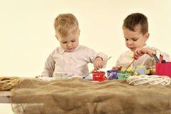 Kinder, die mit Spielwaren spielen Glückliche Familie feiern Frühlingsfeiertag, Liebe lizenzfreie stockfotografie