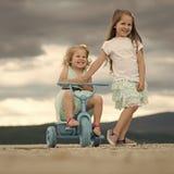 Kinder, die mit Spielwaren spielen Glückliche Kindheit, Familie, Liebe Stockfotos