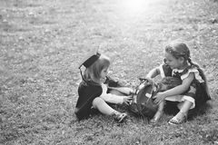 Kinder, die mit Spielwaren spielen Nette kleine Kinder mit rosa Schultasche Stockbilder