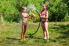 Kinder, die mit Wasser spielen Lizenzfreies Stockbild