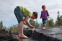 Kinder, die mit Wasser spielen lizenzfreie stockbilder