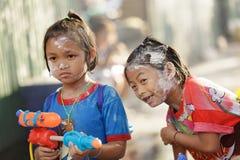 Kinder, die mit Wasserwerfern spielen Lizenzfreie Stockfotografie