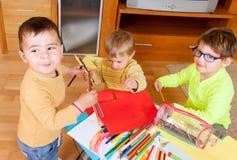 Kinder, die mit Zeichenstiften zeichnen Stockfoto