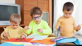 Kinder, die mit Zeichenstiften zeichnen Stockfotografie