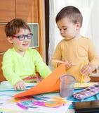 Kinder, die mit Zeichenstiften zeichnen Stockbilder