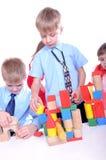 Kinder, die mit Ziegelsteinen spielen Lizenzfreie Stockfotos
