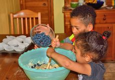 Kinder, die Muffins machen Stockbild