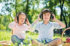 Kinder, die Musik genießen Lizenzfreie Stockbilder