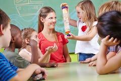Kinder, die Musikunterricht erhalten Stockfotos