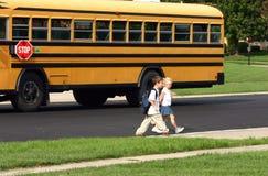 Kinder, die nach Hause von der Schule kommen Lizenzfreie Stockbilder