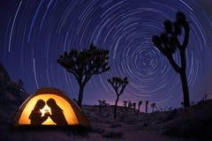 Kinder, die nachts in einem Zelt kampieren Stockfotografie