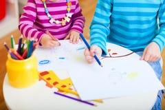 Kinder, die Nahaufnahme zeichnen Lizenzfreie Stockfotos
