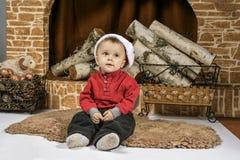 Kinder, die nahe dem Weihnachtsbaum mit Geschenken spielen Lizenzfreie Stockfotos