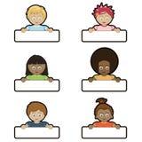 Kinder, die Namensmarken anhalten Stockbild
