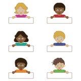 Kinder, die Namensmarken anhalten Stockbilder