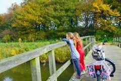Kinder, die Natur auf Fahrrad genießen lizenzfreies stockfoto
