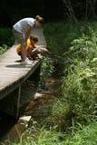 Kinder, die Natur-Spur erforschen Lizenzfreie Stockfotografie