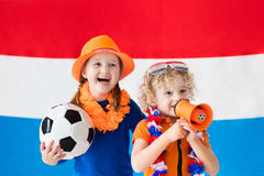 Kinder, die niederländisches Fußballteam stützen Stockfoto
