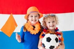 Kinder, die niederländisches Fußballteam stützen Stockfotografie