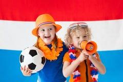 Kinder, die niederländisches Fußballteam stützen Lizenzfreie Stockfotografie
