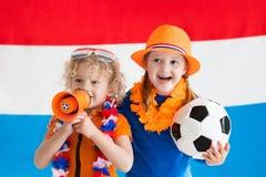 Kinder, die niederländisches Fußballteam stützen Lizenzfreie Stockfotos