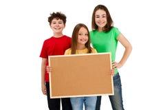 Kinder, die noticeboard lokalisiert auf weißem Hintergrund halten stockfotografie