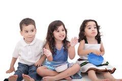 Kinder, die oben schauen Lizenzfreies Stockbild