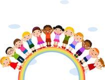 Kinder, die oben auf einen Regenbogen stehen lizenzfreie abbildung