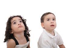 Kinder, die oben schauen Lizenzfreie Stockbilder