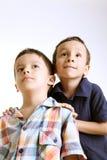 Kinder, die oben schauen Stockfoto