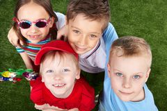 Kinder, die oben schauen Lizenzfreie Stockfotos