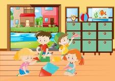 Kinder, die Papierflugzeug im Wohnzimmer falten Lizenzfreies Stockfoto