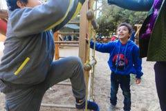 Kinder, die am Park spielen lizenzfreie stockbilder