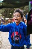 Kinder, die am Park spielen stockbild