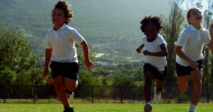 Kinder, die in Park während des Rennens laufen stock video
