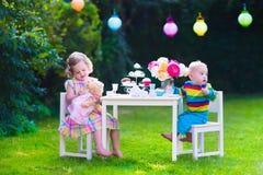 Kinder, die Partei im Garten haben Lizenzfreie Stockbilder