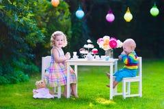 Kinder, die Partei im Garten haben Stockbild