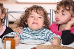 Kinder, die Pfannkuchen essen lizenzfreie stockfotos