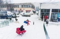 Kinder, die Pferdeschlitten in Bukarest reiten lizenzfreie stockfotos