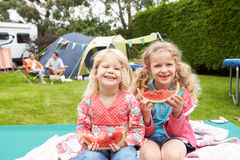 Kinder, die Picknick während an Familien-kampierendem Feiertag genießen Stockfoto