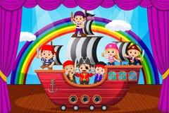 Kinder, die Piraten auf Stadium spielen Stockbilder