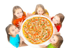 Kinder, die Pizza essen lizenzfreie stockfotos