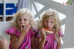 Kinder, die Pizza essen Stockfoto
