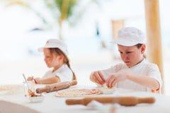 Kinder, die Pizza machen Stockfotos